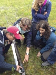 Stipendiater ute i felten for å ta kjeneprøver av en myr utenfor Nyksund